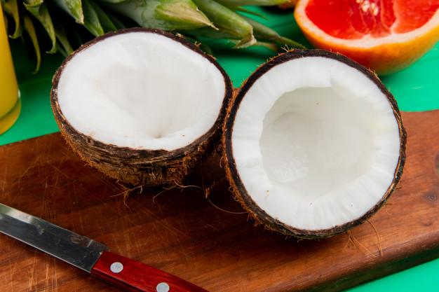 Coco partido por la mitad, después de sacar el agua de coco