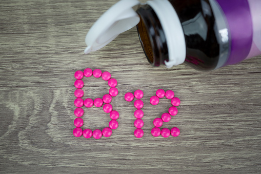 Bote de pastillas. Suplemento de vitamina B12
